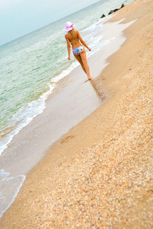 le long de la marche de rivage de mer photo libre de droits