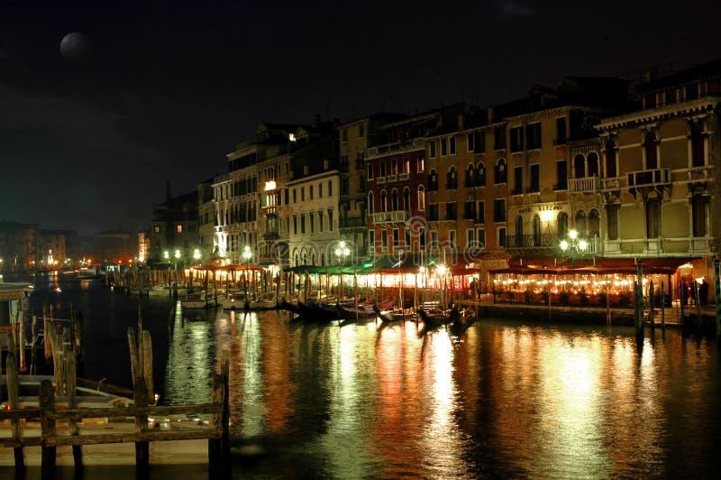 Le long de la passerelle de Rialto, Venise la nuit image stock