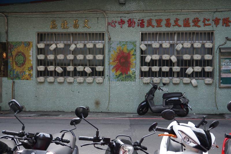 Le long de la rue de la station de train de Keelung à côté de la baie il y a beaucoup de boutiques locales et de vieille ville de photos libres de droits