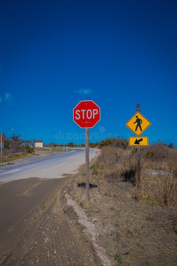 LE LONG ISLAND, ETATS-UNIS, AVRIL, 04, 2018 : Vue extérieure du signe instructif de l'ARRÊT, situé à un côté de la route avec le  photos libres de droits