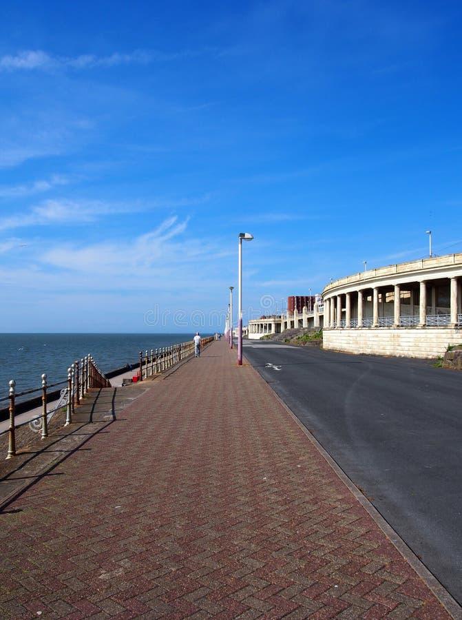 Le long passage couvert piétonnier en haut de la promenade du nord à Blackpool montrant l'allocation des places et les abris le l image stock