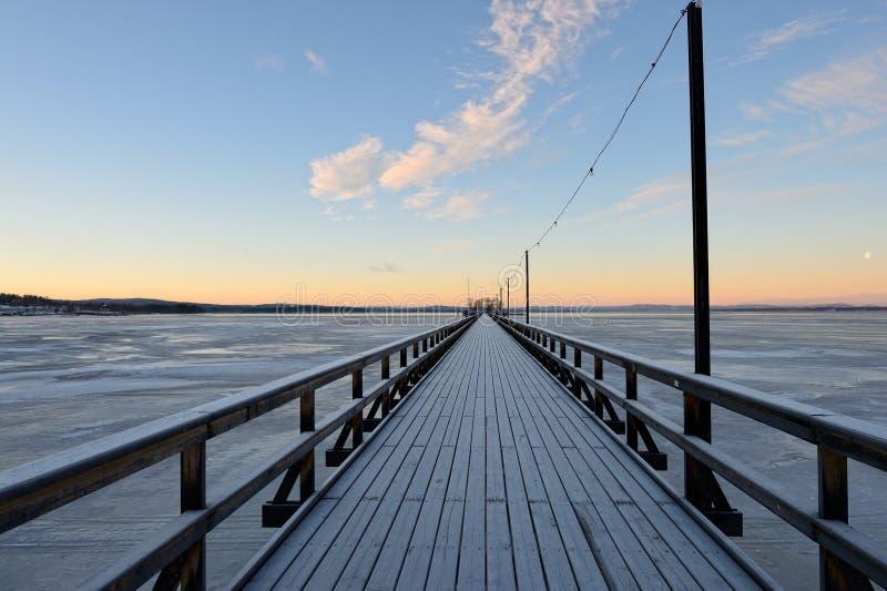 Le long pont chez Rättvik, le comté de Dalécarlie, Suède photographie stock libre de droits