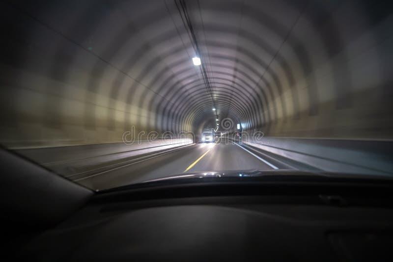 Le long tir d'exposition du tunnel chez Lofoten de l'intérieur d'une voiture qui déplace ainsi la lumière crée l'effet de vision  photo stock