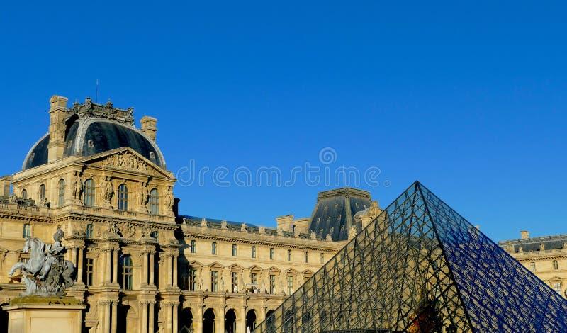 Le Louvre Museum och dess pyramid - Paris - Frankrike royaltyfria bilder