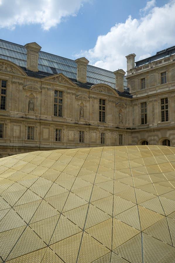 Le Louvre, Paris, França, em maio de 2013: Telhado dourado do G islâmico fotografia de stock