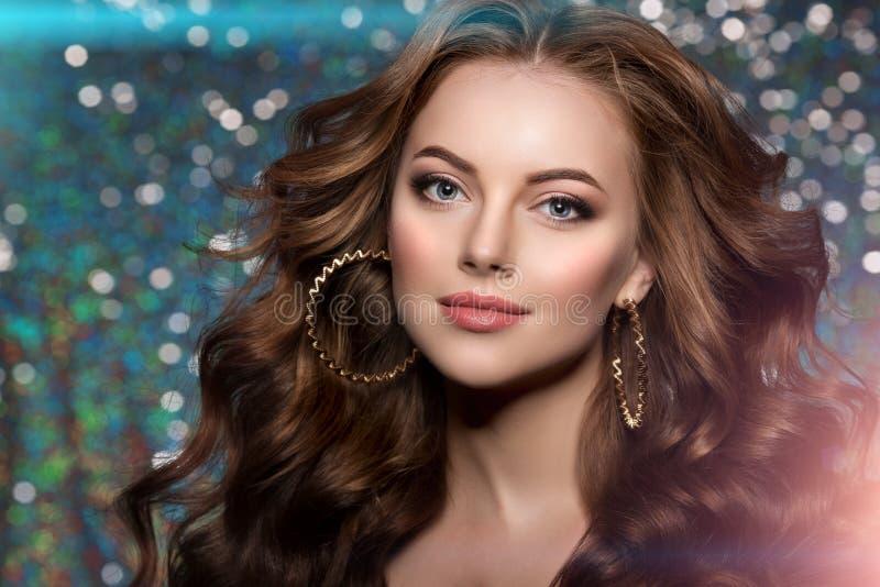 Le luci del club della donna fanno festa i capelli lunghi della ragazza di dancing del fondo Onde immagini stock