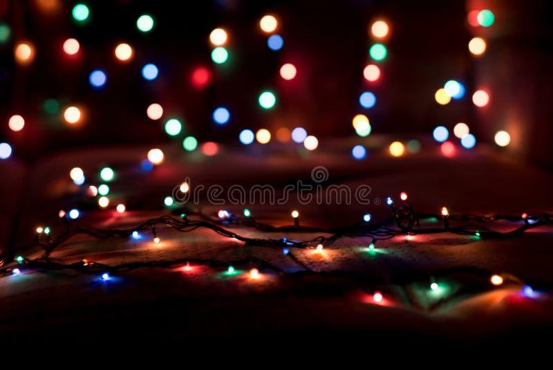 Le luci di Natale hanno offuscato il fondo Vigilia di nuovo anno immagine stock