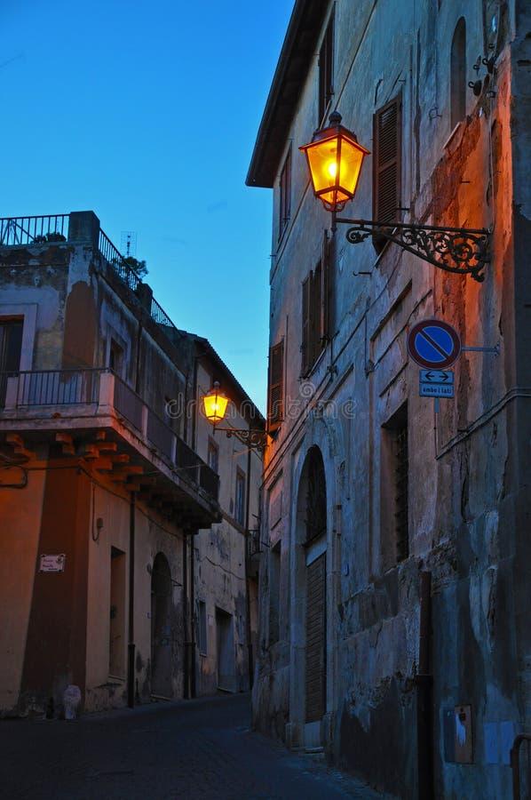 Le luci nei vicoli di vecchia città immagini stock
