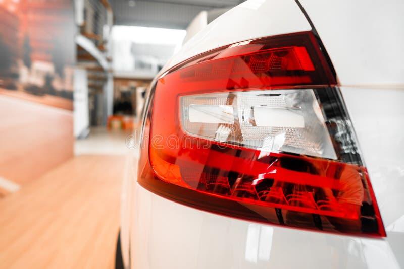Le luci posteriori di un'automobile prestigiosa moderna da un angolo vicino fotografie stock libere da diritti