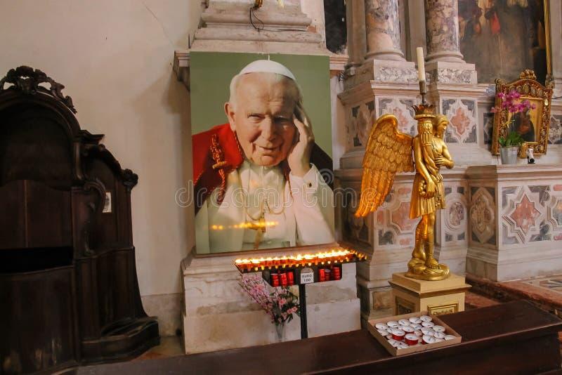 Le luci si avvicinano al ritratto di papa John Paul II nella chiesa di Mosè del san immagini stock
