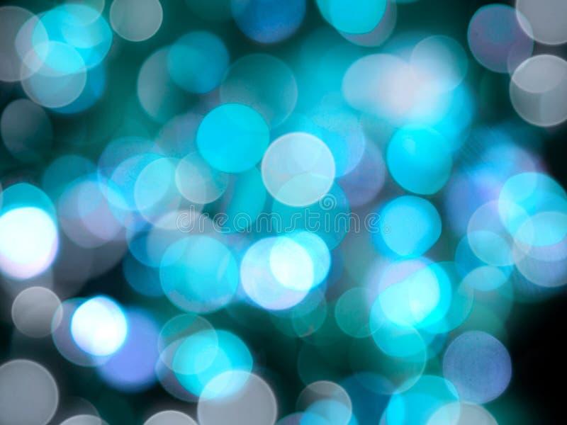 Le luci vaghe giro brillanti defocused blu e bianche luminose sottraggono il fondo brillante fotografie stock libere da diritti