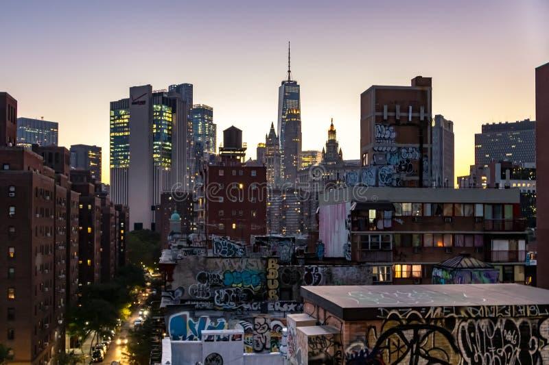 Le luci variopinte del lustro dell'orizzonte di New York come uguagliare le cadute sulle costruzioni e vie di Manhattan fotografie stock libere da diritti