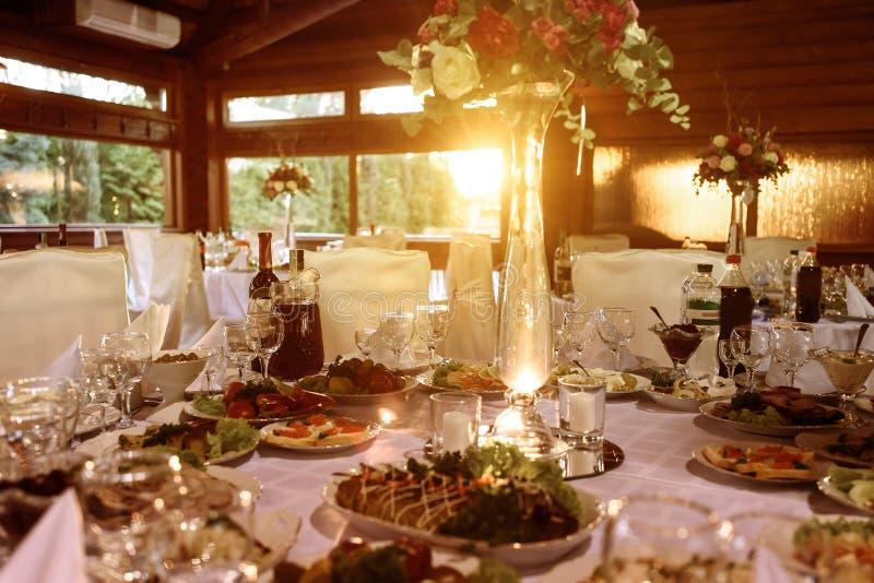 Le luxe étonnant a décoré des tables pour la réception de mariage, restauration photographie stock