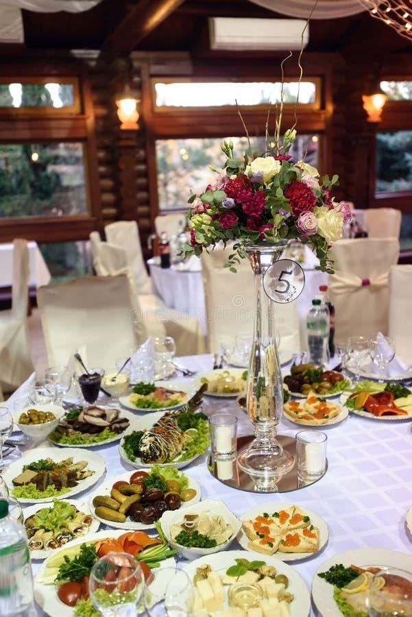 Le luxe étonnant a décoré des tables pour la réception de mariage, restauration photographie stock libre de droits