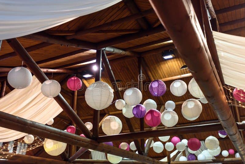 Le luxe étonnant a décoré le plafond d'endroit pour la réception de mariage, c images libres de droits