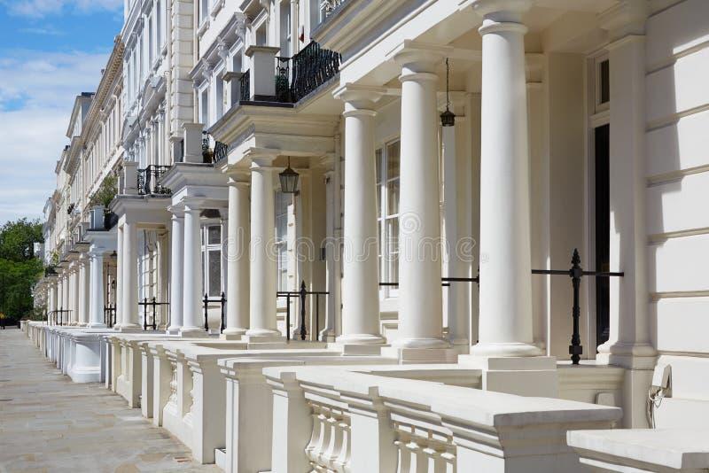 Le luxe blanc et anglais loge des façades à Londres image libre de droits