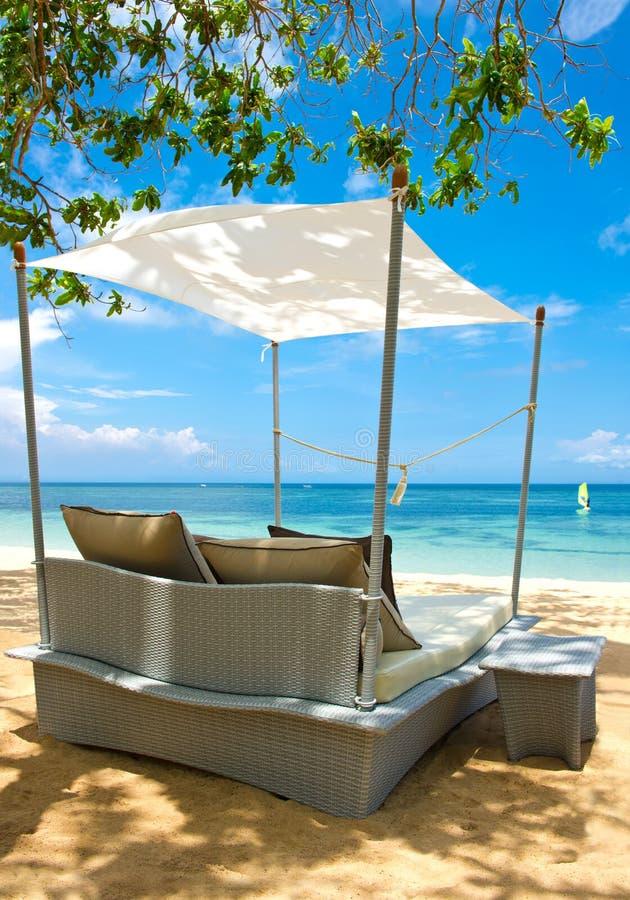 Le luxe détendent la présidence sur une belle plage tropicale image libre de droits