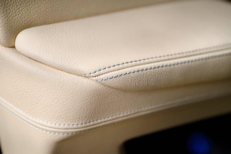 Le luxe en gros plan a piqué l'intérieur exclusif en cuir dans la couleur beige d'une voiture de luxe à l'intérieur de portière d images stock