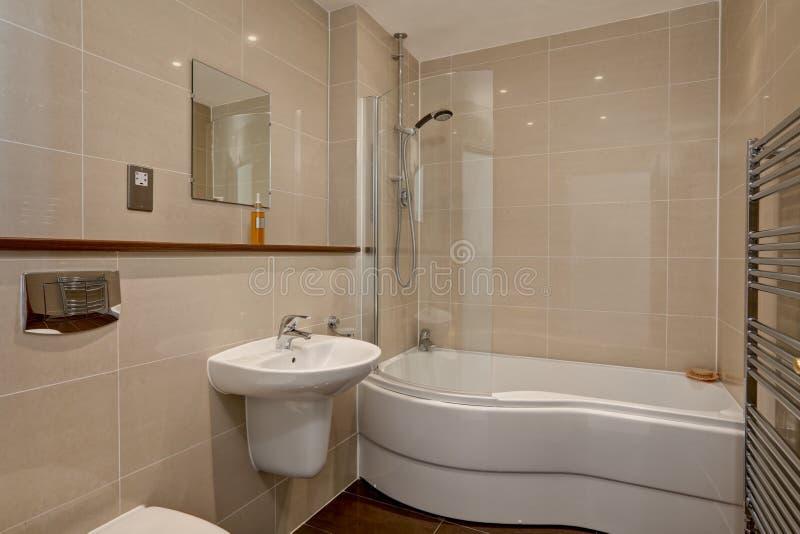 le luxe moderne a couvert de tuiles la salle de bains photo stock image du personne home. Black Bedroom Furniture Sets. Home Design Ideas