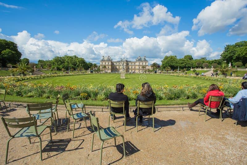 Le Luxembourg font du jardinage (Jardin du Luxembourg) à Paris, France photo stock