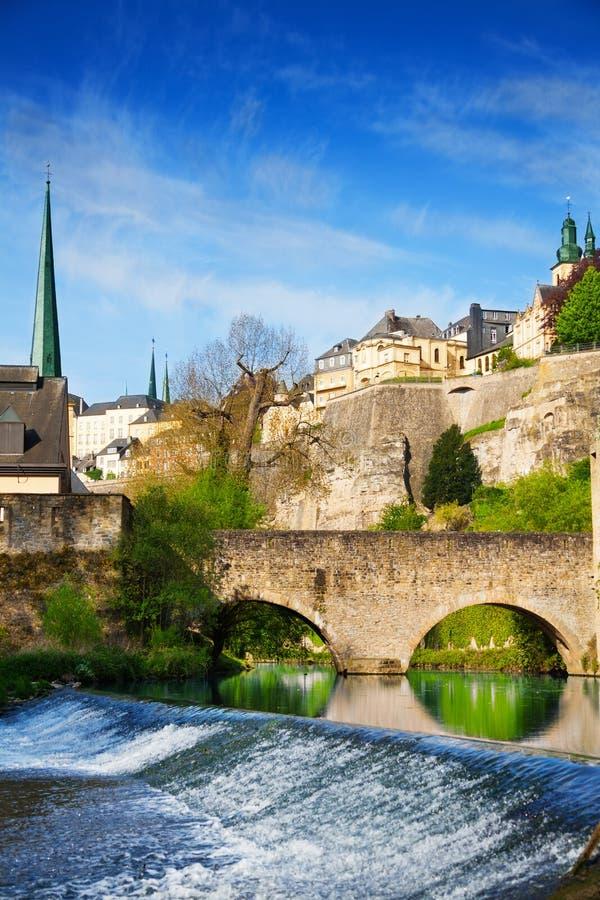 Le Luxembourg sur la rivière d'Alzette avec le cours en été images libres de droits