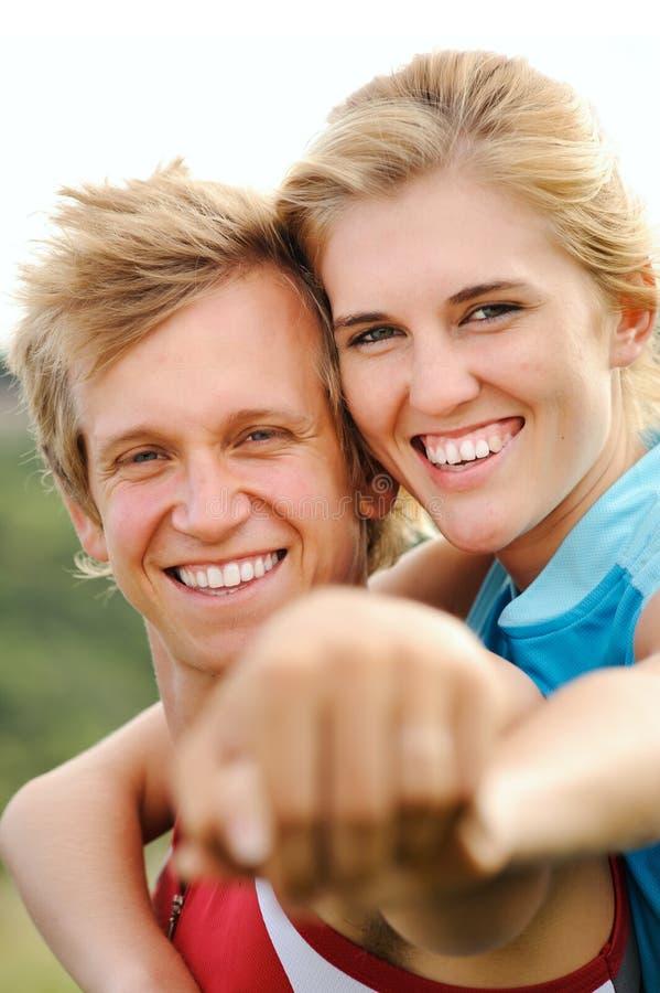 Le lyckliga blonda par för glädje royaltyfria bilder
