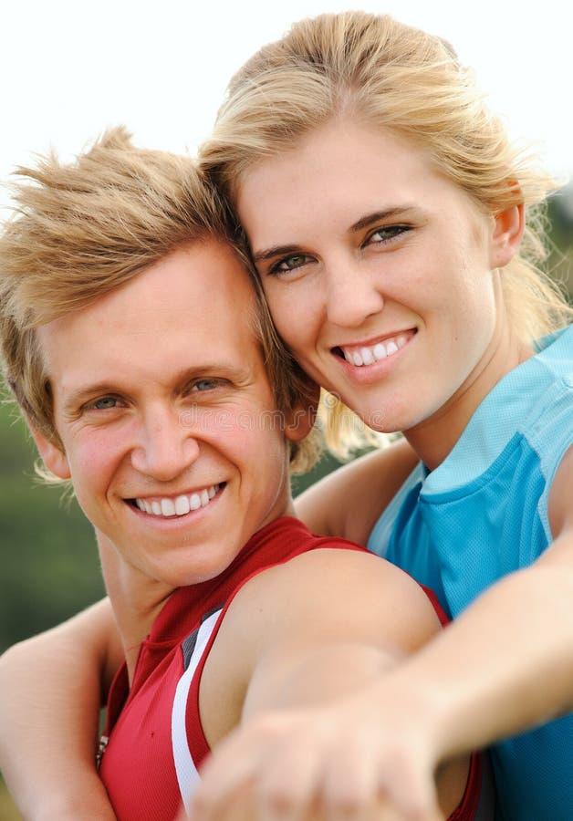 Le lyckliga blonda par för glädje arkivbild
