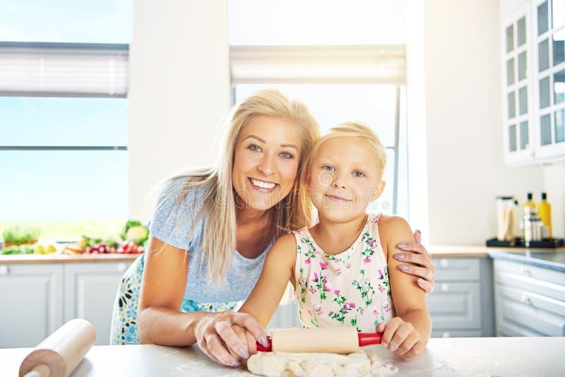 Le lyckligt barn moder och dotter fotografering för bildbyråer