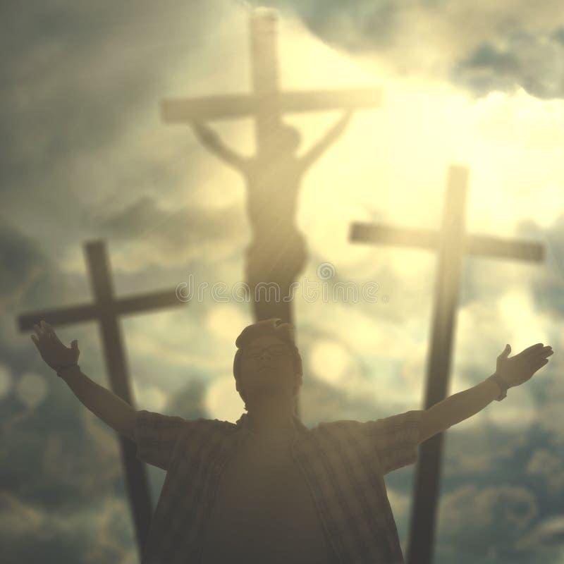 Le mâle asiatique prie à Dieu sous le rayon de soleil photos libres de droits