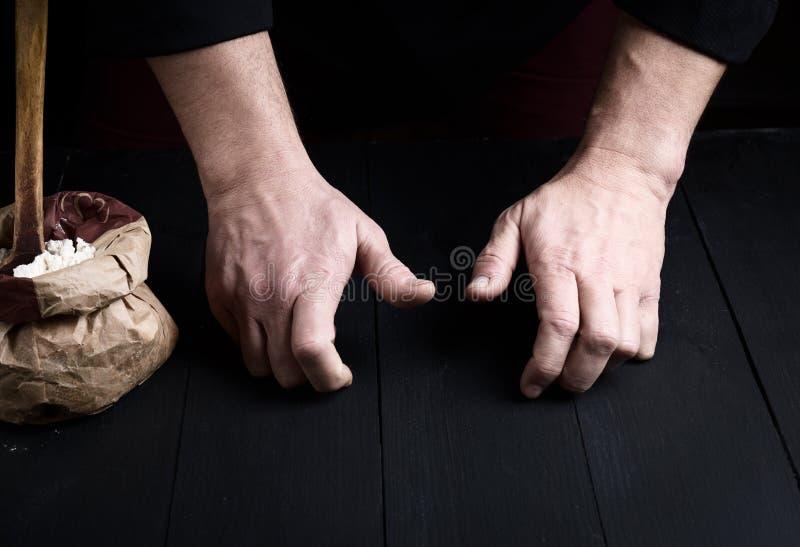 Le mâle deux remet une table en bois noire photo libre de droits