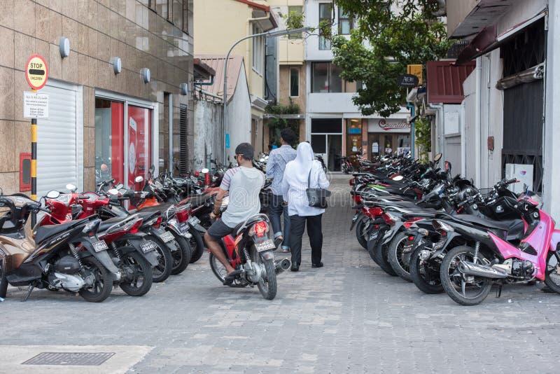 Le MÂLE, MALDIVES - FÉVRIER, 13 2016 - les gens dans la rue avant d'égaliser prient le temps photos stock