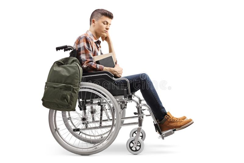 Le mâle malheureux a désactivé l'étudiant dans un fauteuil roulant photographie stock