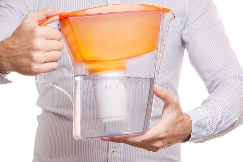 Le mâle remet le filtre d'eau photo libre de droits