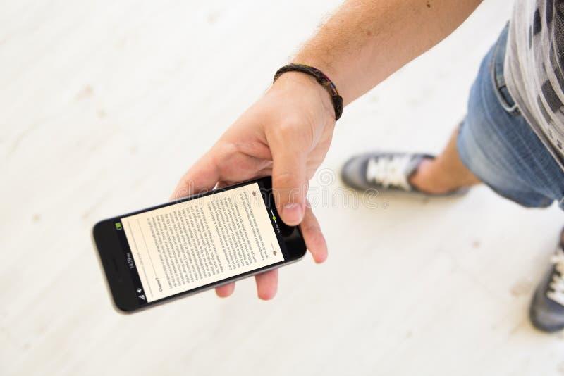 le mâle remet le smartphone d'ebook photos stock