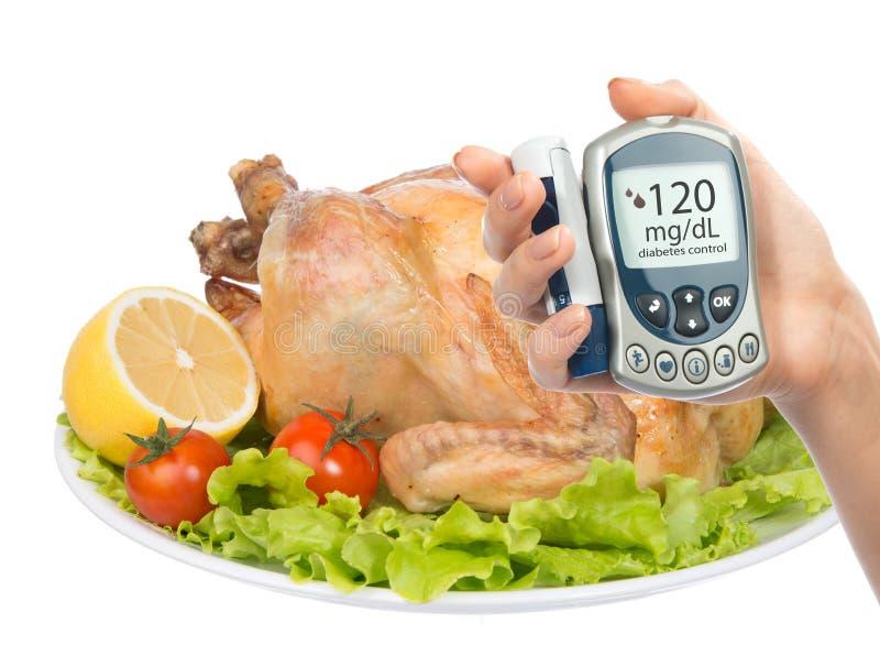 Le mètre de glucose de concept de diabète garni a rôti le repas de poulet photo stock