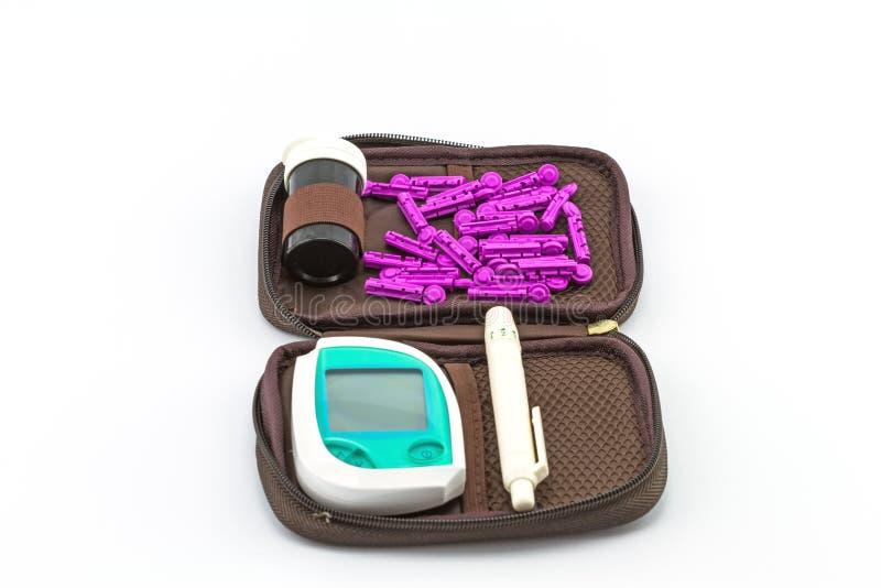 Le mètre de glucose sanguin, la valeur de sucre de sang est mesuré sur fing photo stock