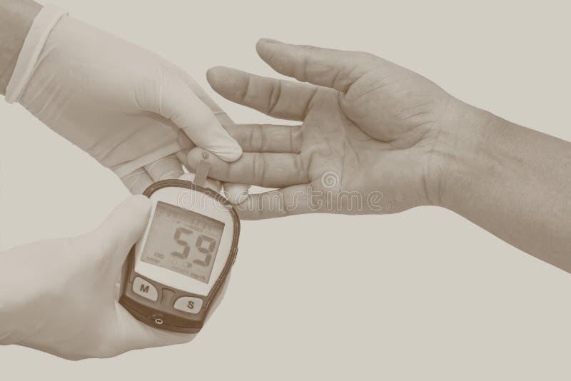 Le mètre de glucose sanguin, la valeur de sucre de sang est mesuré sur fing images stock