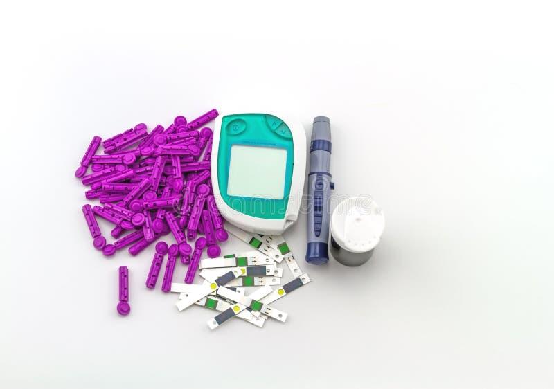 Le mètre de glucose sanguin, la valeur de sucre de sang est mesuré sur un paquet de doigt dans la caisse noire sur le fond blanc image libre de droits
