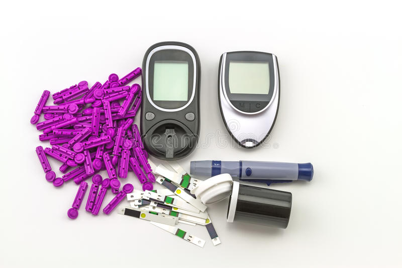 Le mètre de glucose sanguin, la valeur de sucre de sang est mesuré sur un paquet de doigt dans la caisse noire sur le fond blanc photo libre de droits