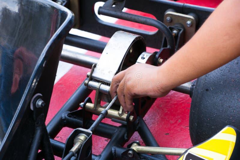 Le mécanicien travaillant avec avec vont moteur de kart dans l'atelier photos stock