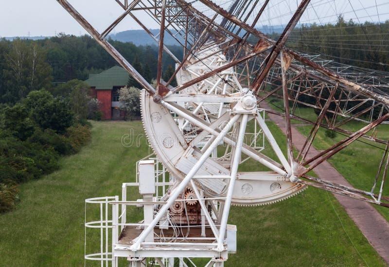 Le mécanisme de rotation du radiotelescope russe pour étudier des pulsars image stock