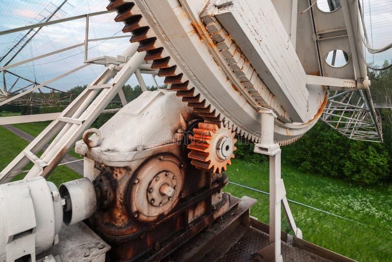 Le mécanisme de rotation du radiotelescope russe pour étudier des pulsars Foyer sur le mécanisme de vitesse photos stock