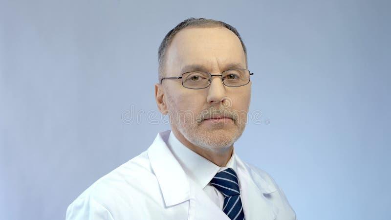 Le médecin en chef expérimenté moitié-a tourné à l'appareil-photo, soins médicaux de haute qualité images libres de droits