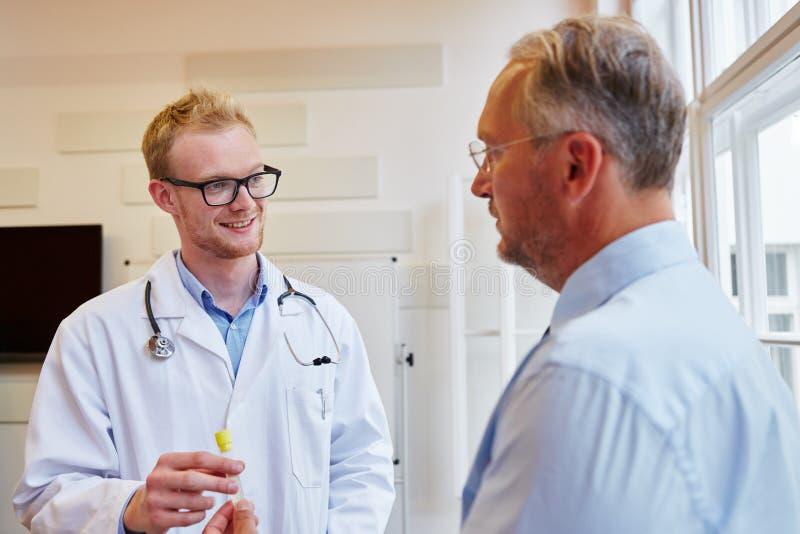 Le médecin généraliste reçoit l'échantillon d'urine photos libres de droits