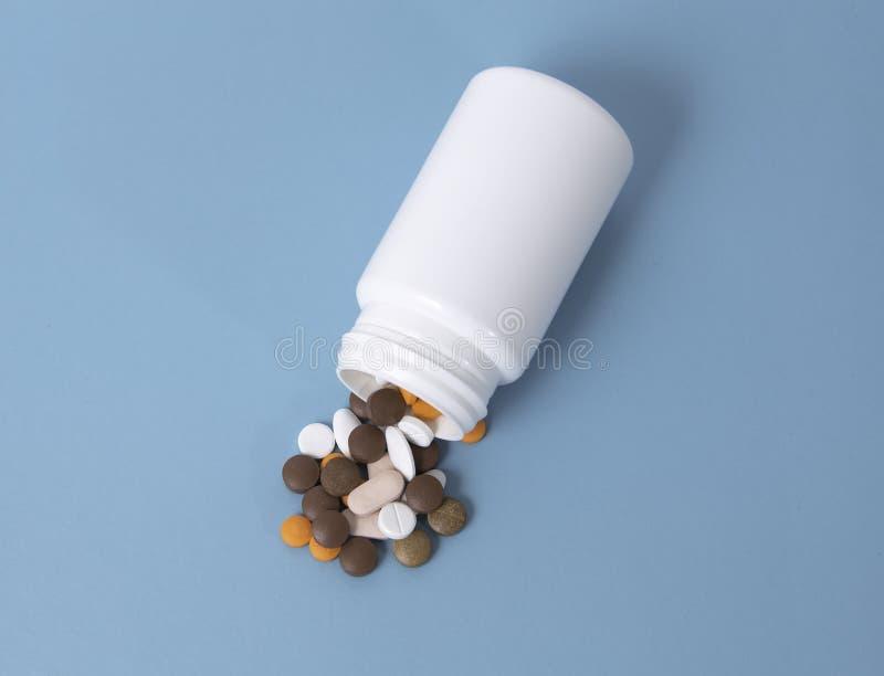 le médicament débordent la bouteille de pilule blanche images libres de droits