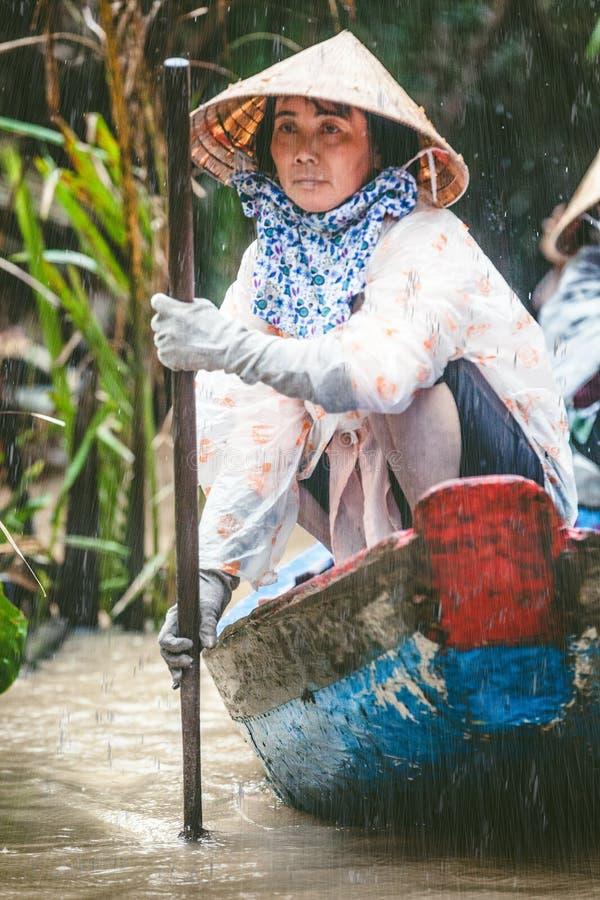 LE MÉKONG, VIETNAM Femme avec ses touristes de transport de bateau photo libre de droits