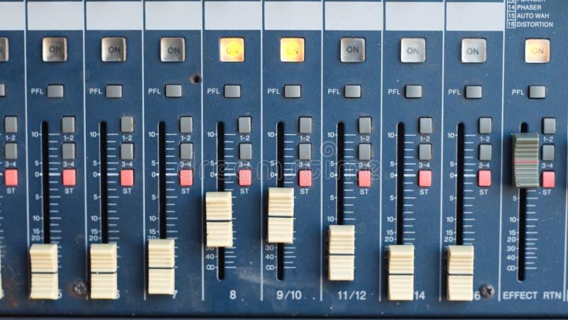 Le mélangeur pour l'ingénieur du son avec beaucoup se boutonnent pour s'ajuster illustration libre de droits