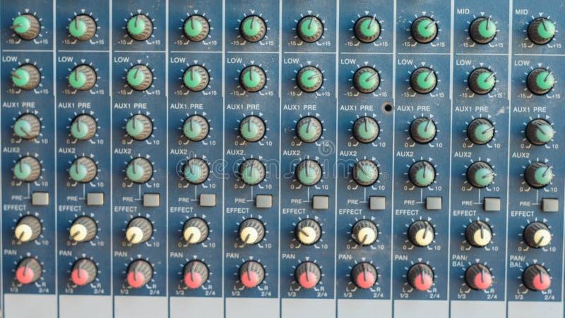 Le mélangeur pour l'ingénieur du son avec beaucoup se boutonnent pour s'ajuster photos libres de droits