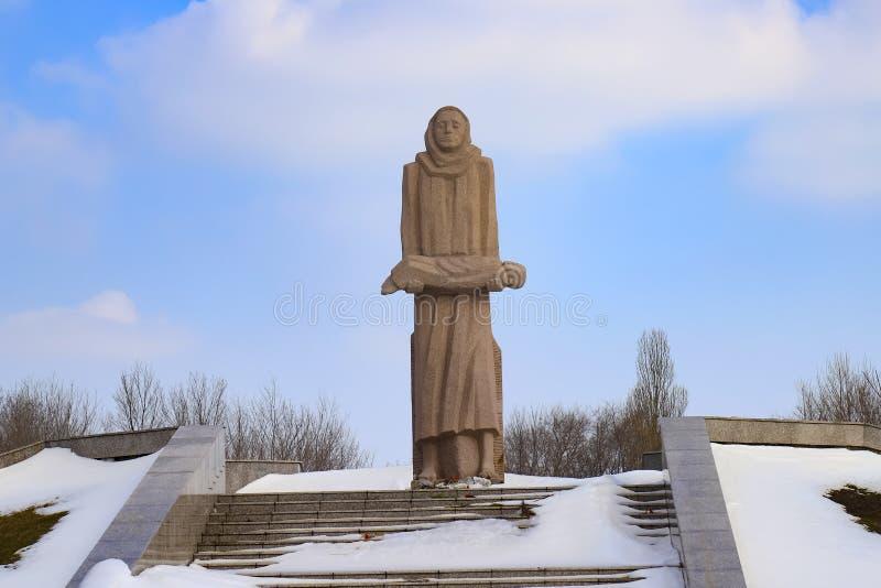Le mémorial aux victimes du Holodomor, une femme aux pieds nus tient dans des ses bras l'enfant mort Monument dans la ville Dnepr photo libre de droits