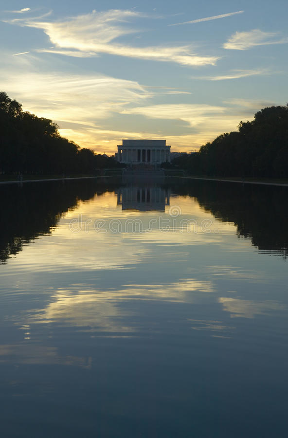 Le mémorial de Lincoln au coucher du soleil et regroupement se reflétant dans DC de Washington C image stock